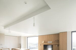 spanplafond met luidsprekers